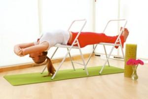 Yoga con silla beneficios e indicaciones yoga terapeutico for Sillas plegables para yoga