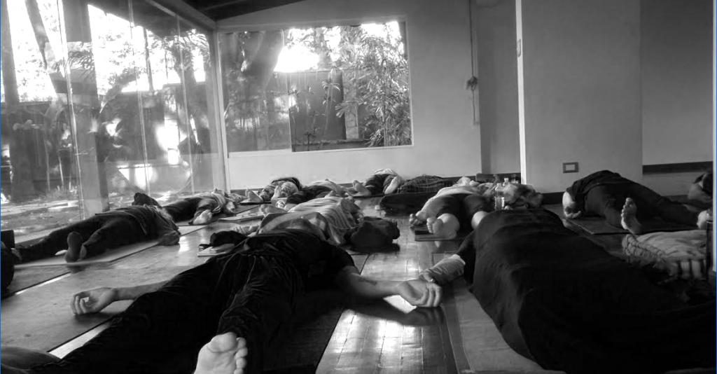 http://yogaterapeutico.net/wp-content/uploads/2016/07/yoga-caracas-savasana-1024x534.png